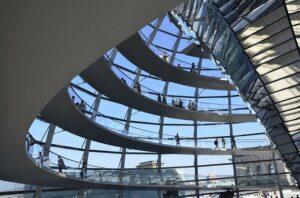 Besucher können den Blick aus der Glaskuppel des Reichstages genießen