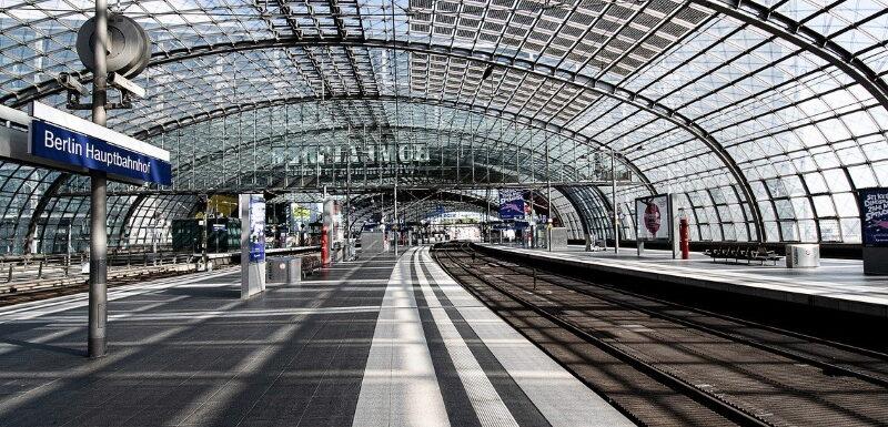 Hauptbahnhof auf dem Bahnsteig