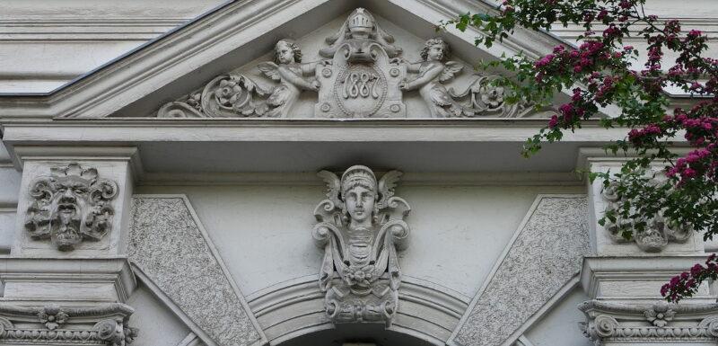 Eingangsportal eines Gründerzeit-Altbaus in Berlin Kreuzberg