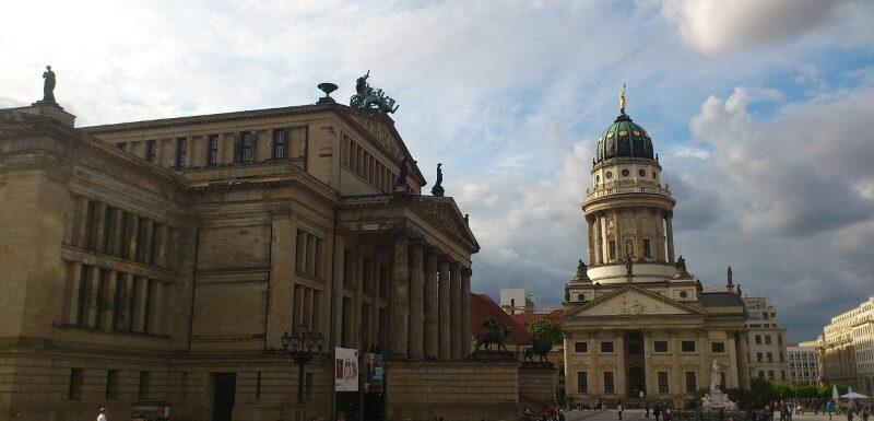 Das Schauspielhaus am Berliner Gendarmenmarkt an einem Sommertag in Berlin