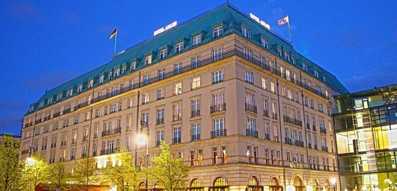 Das Hotel Adlon unter den Linden am Abend